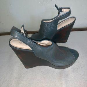 Wedge sandal.